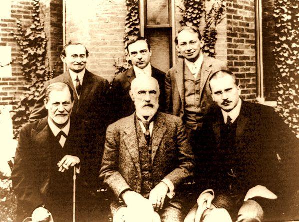 Hall Freud Jung in front of Clark 1909-copie-1