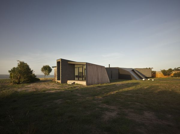 1295966663-1295272185-beached-house-south-west-facade-06