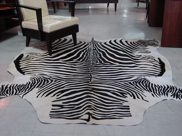des tapis en peau de vache le blog de adeline. Black Bedroom Furniture Sets. Home Design Ideas