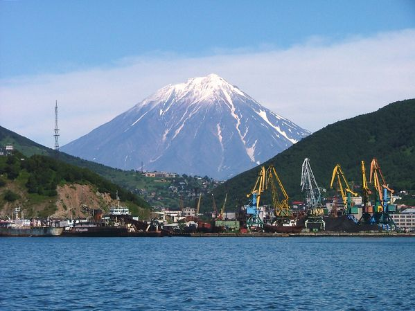 Petropavlovsk_Kamcatskij_Volcan_Koriacky_in_background.jpg