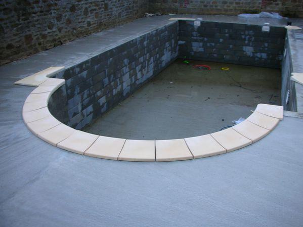 Pose des margelles construction de notre piscine for Blog construction piscine