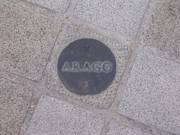 800px-Arago_medallion_Paris.jpg