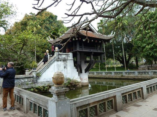 Pagode pilier unique et son bassin