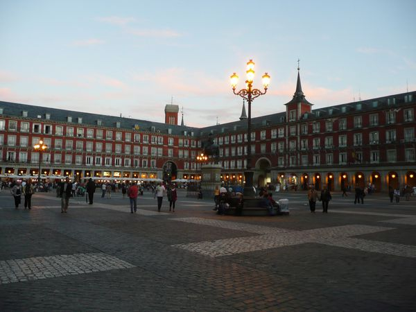 Plaza-Mayor---bynight.JPG