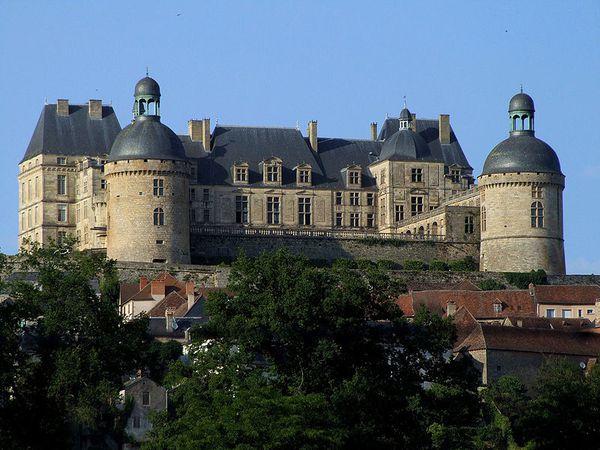 800px-Hautefort - Château -1