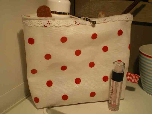 trousse-a-pois-rouge.jpg