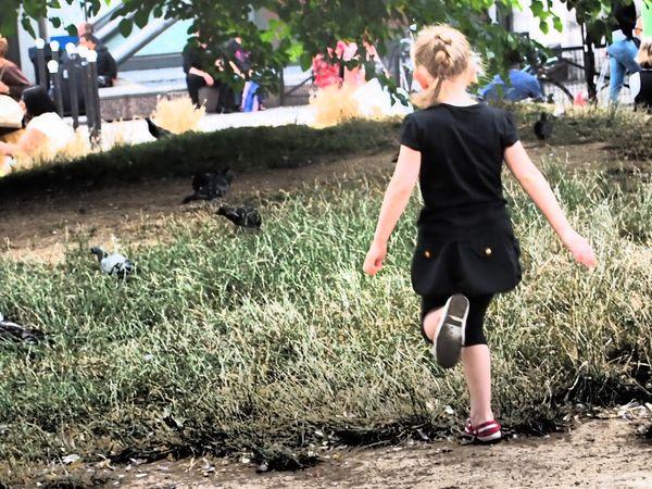 Petite-fille-aux-pigeons.JPG