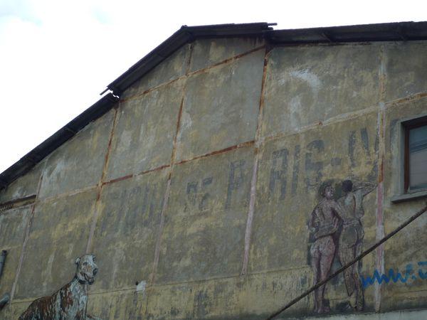 Les Frigos-traces de l'ancienne fonction sur les murs