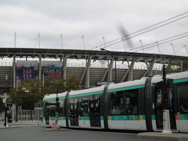 Stade Charlety et rame de tramway