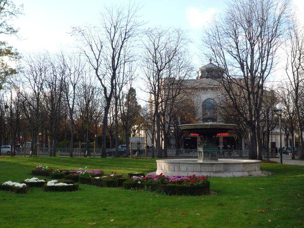 Jardins des Champs Elysées - fontaine, parterre de fleurs