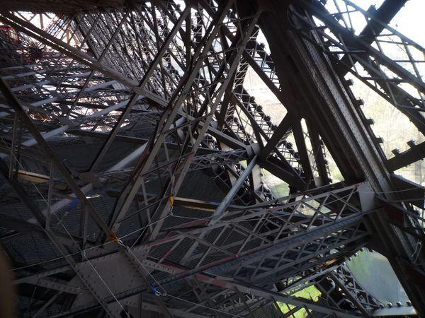 Tour Eiffel - Niveau 1er étage - enchevêtrement de poutre