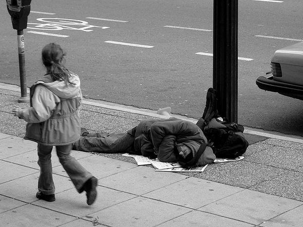 SDF-dormant-sur-le-trottoir--parousie.over-blog.fr.jpg