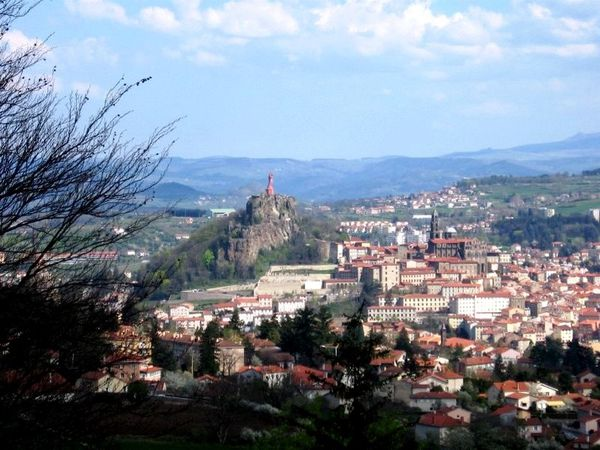 LE-PUY-Vierge-et-Cathedrale.jpg