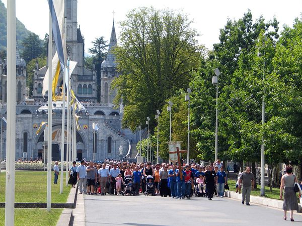 Lourdes_cathedral-procession.jpg
