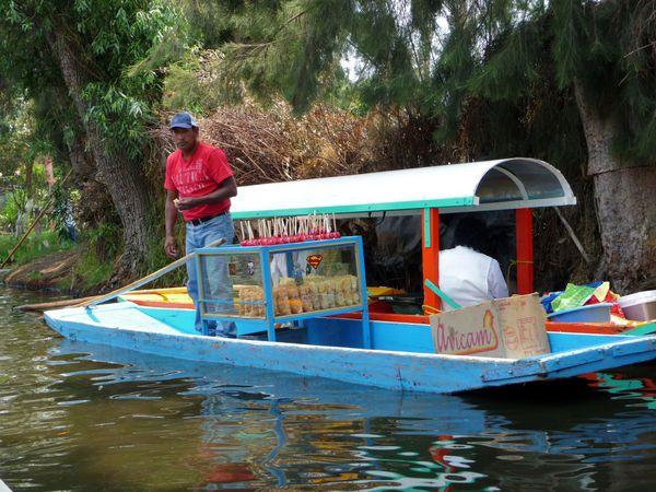 Mexico Xochimilco vendeur flottant (2)