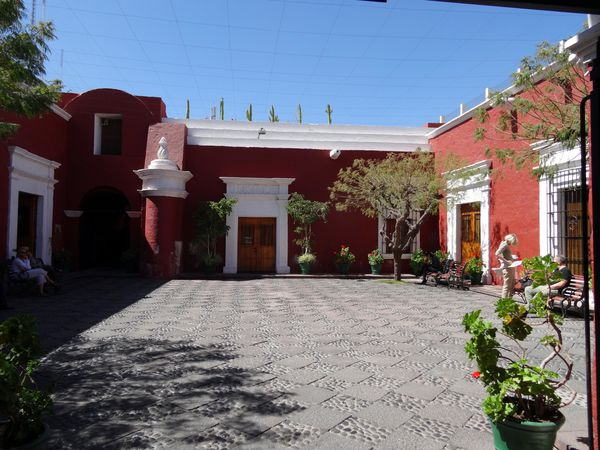 Arequipa-Casona-rouge-patio.jpg