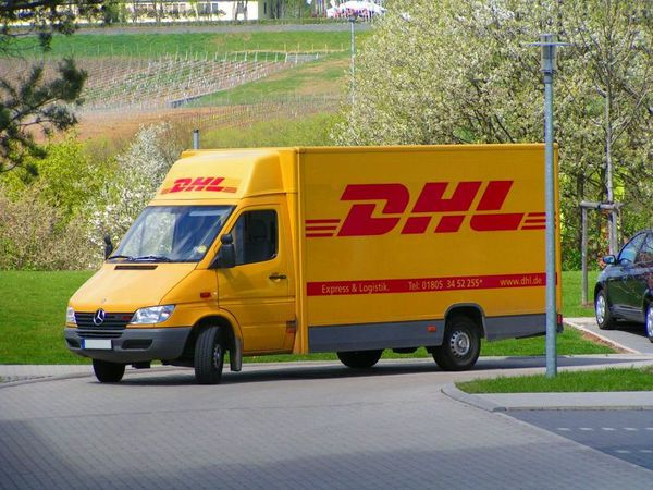 800px-DHL-Fahrzeug.jpg
