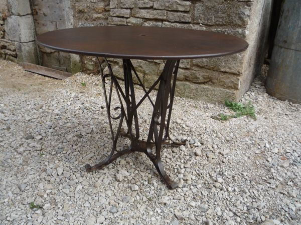 Table metal ronde pietement rivete 1930 mettetal for Table 30 personnes