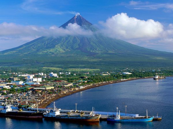 Mayon_Volcano-_Luzon_Islands-_Philippines---wallpaper.jpg
