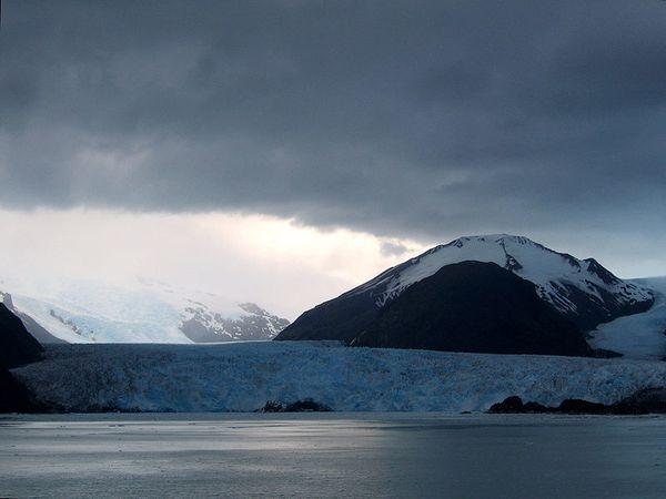 Amalia_Glacier-Reclus-volcano---Chile_2007-12-28----GUS1234.JPG