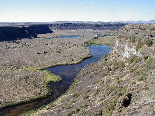 Grand_coulee_below_dry_falls.JPG