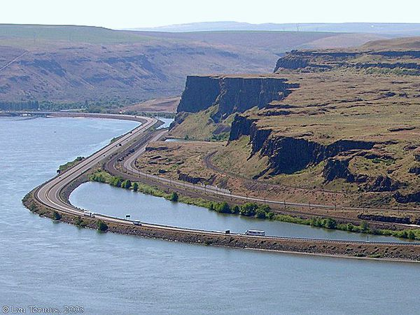 interstate-84_basalt_flow_near_celilo_2005.jpg