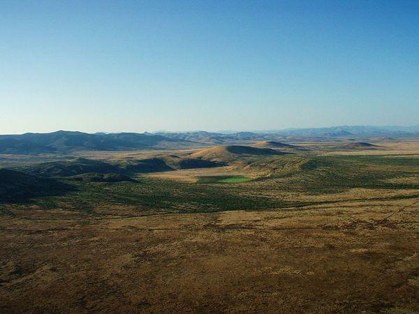 800px-Paramore_crater_in_San_Bernardino_lava_field_arizona-.jpg