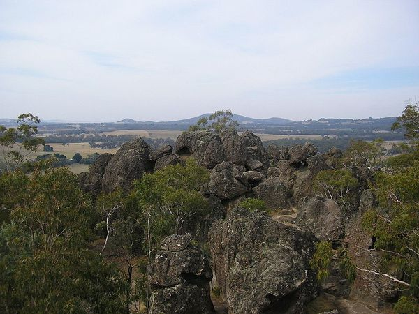 800px-Rock_Formations_-_Hanging_Rock-_Victoria-_Australia--.JPG