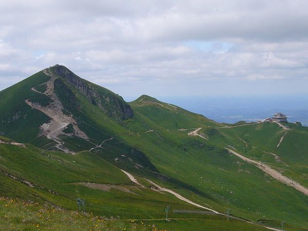 -Puy_de_Sancy_and_cable_car_station---Herbythyme-2008.JPG