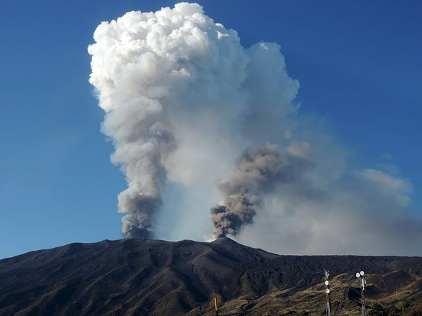 2013.10.26-etna_plumes_ground---BBehncke-Nasa.jpg