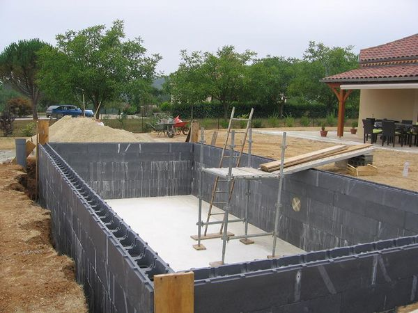 En cours 9x4 blocs poly cash piscines piscines for Prix construction piscine beton