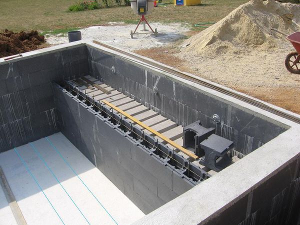 Coffrer les marches d 39 un escalier piscines for Bloc polystyrene piscine