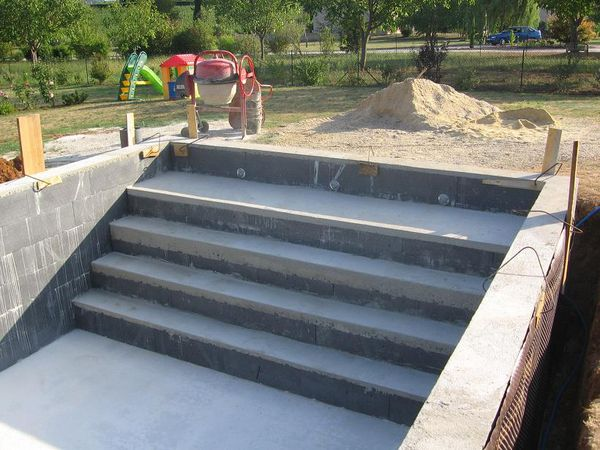 Coffrer les marches d 39 un escalier piscines construction for Piscine bois 9x4