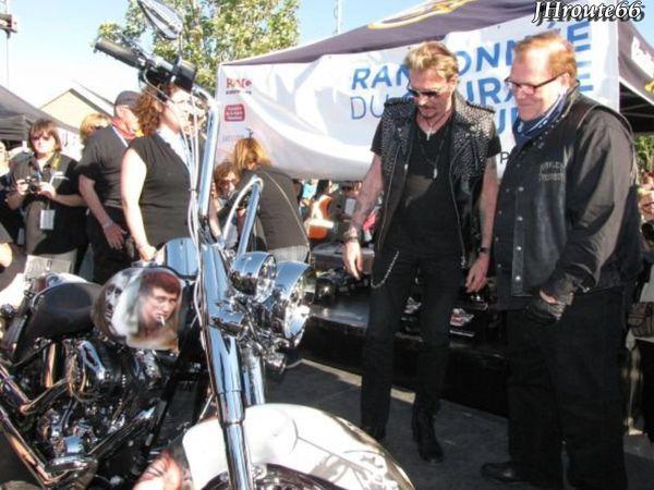 Johnny-Hallyday--En-moto-pour-la-randonnee-Pat-Bu-copie-1.jpg