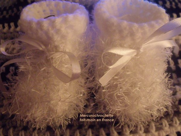 CHAUSSONS-FOURRURE-BLANCS-TAILLE-NAISSANCE.jpg
