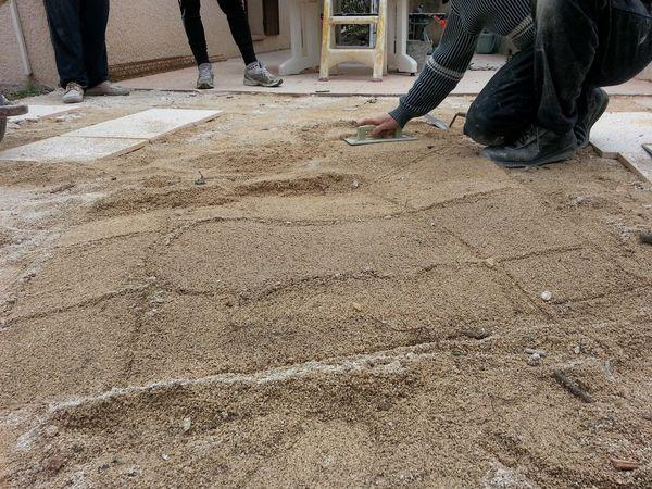 Terrasse de piscine et sa margelle en pierre le blog - Dalle terrasse sur sable ...