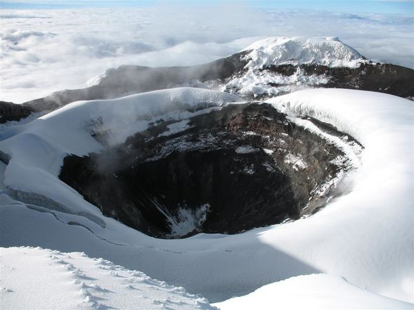 cotopaxi-crater-5900-m-and-sulfur-smokes.jpg