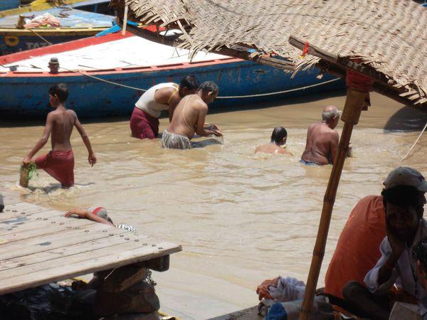 Varanasi, baignade de purification