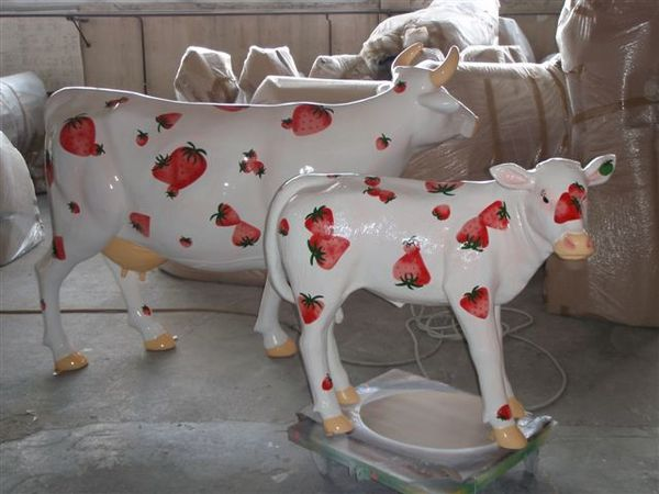 vache-et-veau-en-resine-fraise.JPG