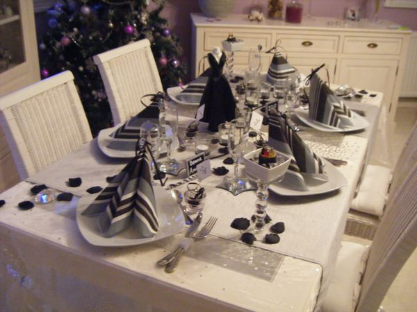 Table nouvel an 2010 blanc gris et noir nouvel an 2010 - Deco table reveillon nouvel an ...