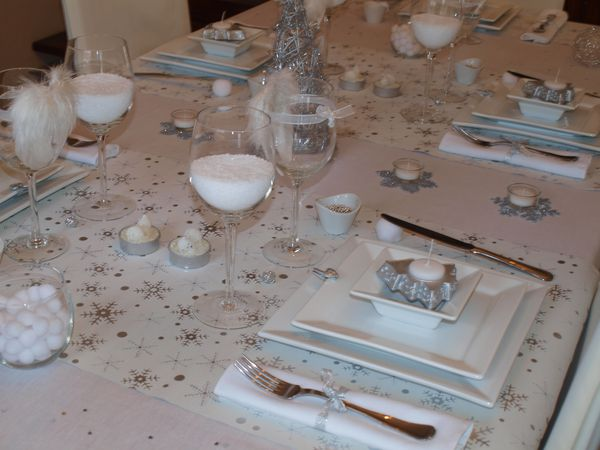 Table de no l toute de blanc et d 39 argent v tue table - Decoration de table de noel argent ...