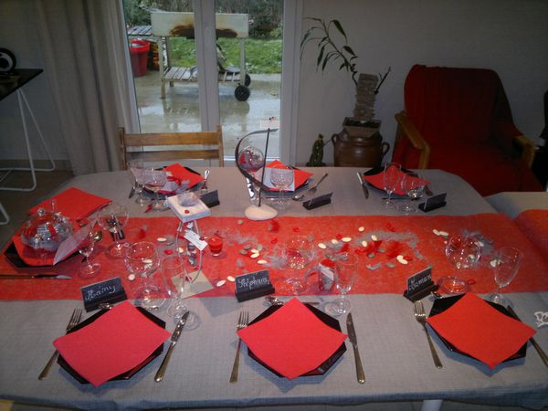 chemin de table rouge et gris table de cuisine. Black Bedroom Furniture Sets. Home Design Ideas