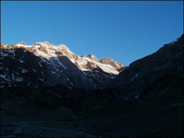 Depart-de-la-randonnee-le-massif-du-Vignemale-est-bien-e.JPG