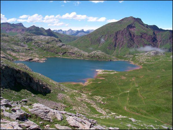 Lac-d-Estaens-sous-la-surveillance-du-Gadebaille.JPG
