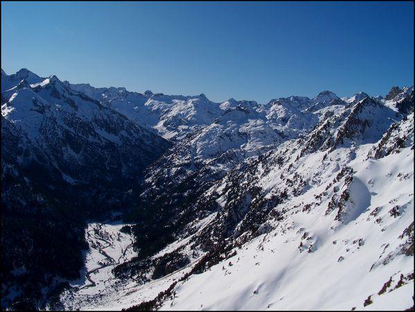 Vallee-du-Marcadau--Peterneille-au-centre-et-Grande-Fache-.JPG