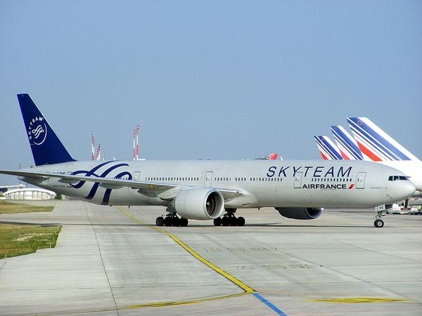 800px-Air_France_Boeing_777-328ER_F-GZNE_Skyteam_livery_-_P.jpg