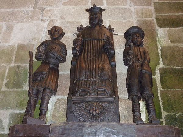 800px-15_Treguier_Cathedrale_groupe_statuaire_saint_Yves_.JPG