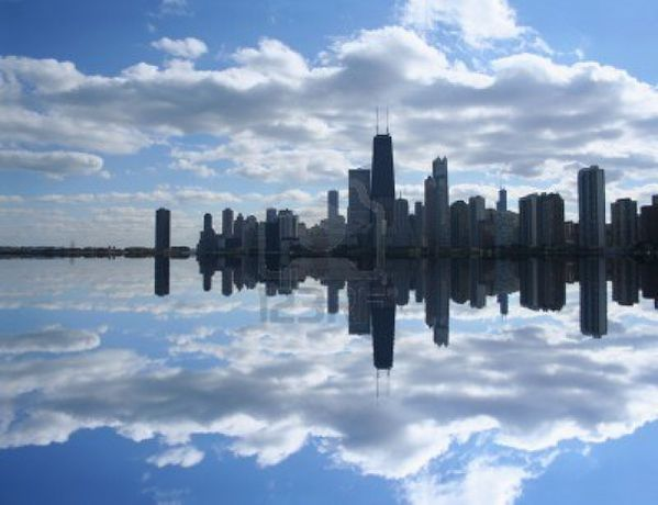 3408202-chicago-skyline-reflete-dans-le-lac-michigan