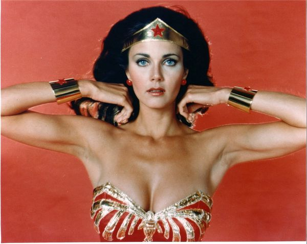 Lynda-Carter-poses-as-Wonder-Woman-for-a-studio-p-copie-1.jpeg