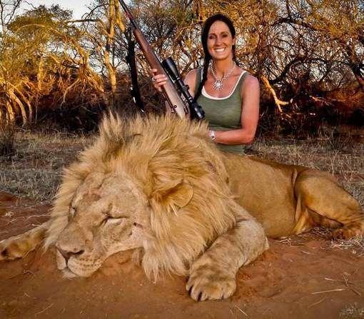 Une-presentatrice-pose-fierement-a-cote-du-lion-qu-ell.jpg